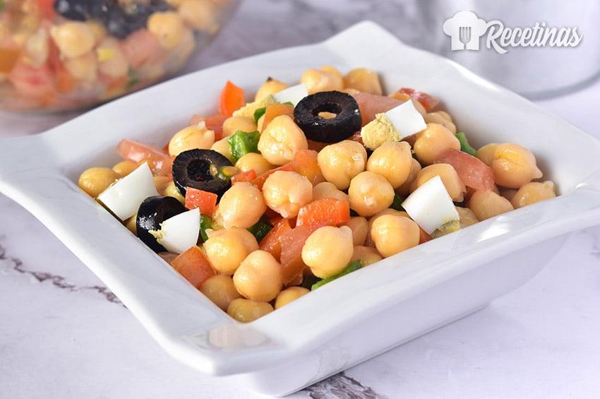 Receta de ensalada de garbanzos con tomate y huevo