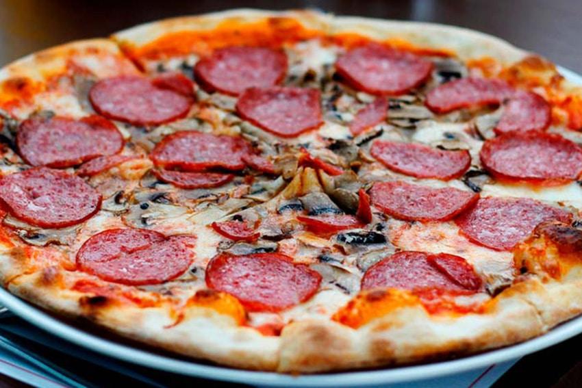 Receta de pizza con champinones y pepperoni