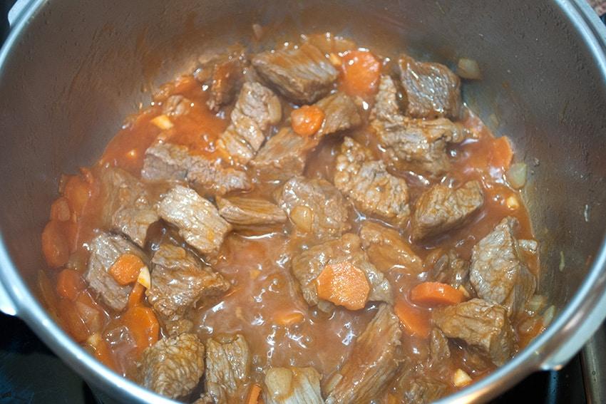Carne y tomate con la zanahoria en la olla