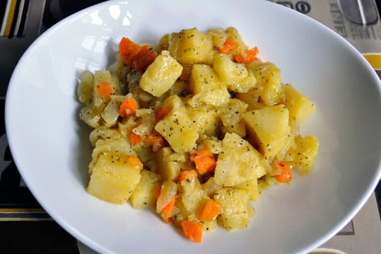 Receta de patatas estofadas con zanahoria y cebolla