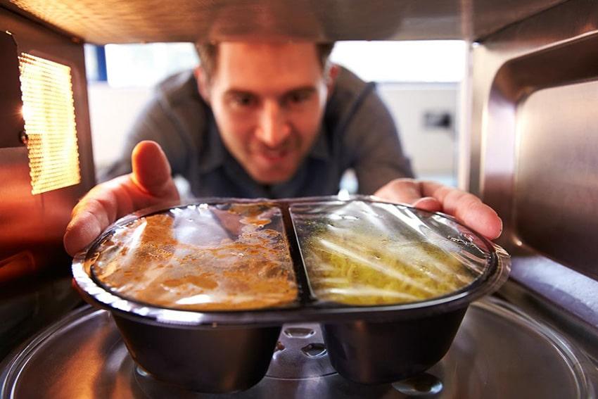 Cómo se debe recalentar la comida en el microondas