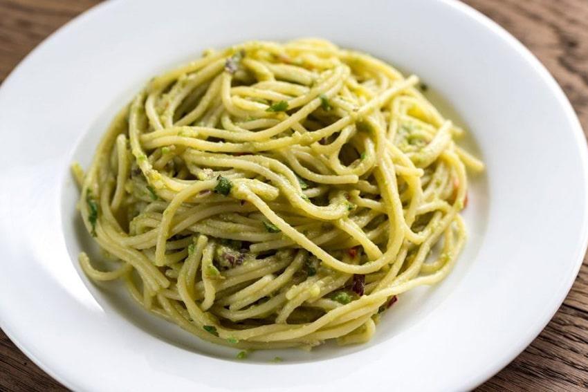 Receta de espaguetis con salsa de aguacate y espinacas