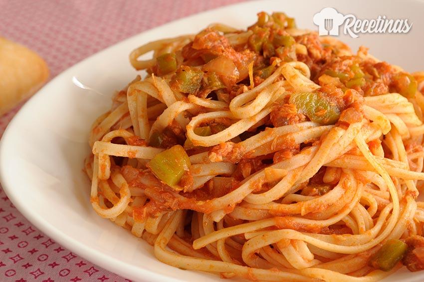 Receta de espaguetis con salsa de tomate y atún